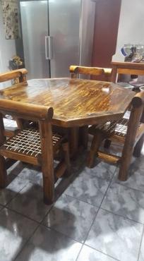 Tafel met 4 log en riempie stoele te koop