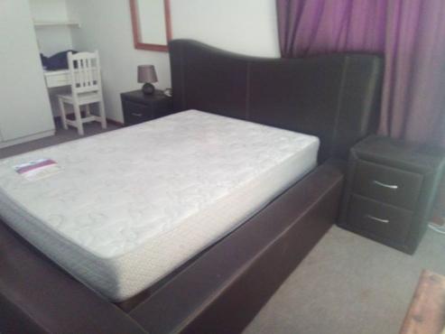 1 x Leer bed raam stel met bedkassies en dubbel bed en base.