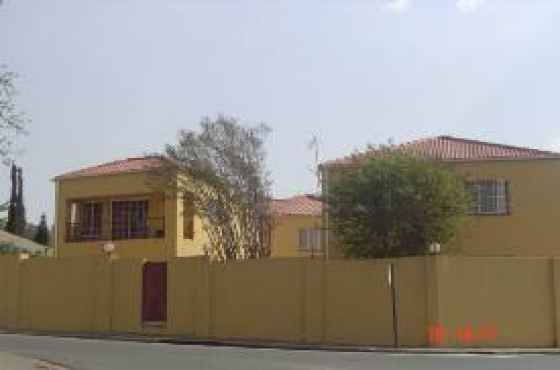 Orange Grove 2bedroomed townhouse to let for R6000, bathroom, kitchen, lounge, secure parking