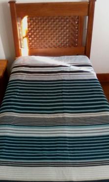 Enkel bed, spieël,bedkassie,kopstuk en matras