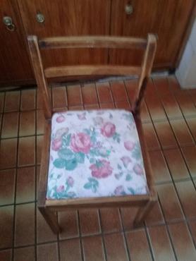 Eetkamer tafel net 4 stoele te koop. | Junk Mail
