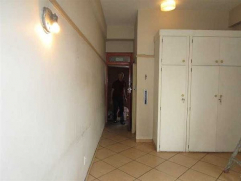 Jhb Central Loveday Street 1bed, bath, kitchen, lounge, Rental R2600 pre-paid electricity